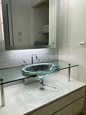 中古マンション-横浜市神奈川区栄町 ガラス製のカウンターと洗面ボウルでデザインされた洗面化粧台