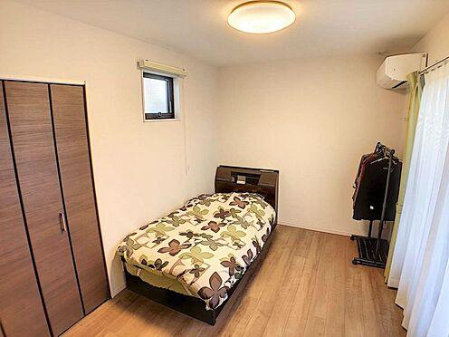 戸建賃貸-江南市高屋町十六田 2階洋室6帖。窓が多く明るいです。