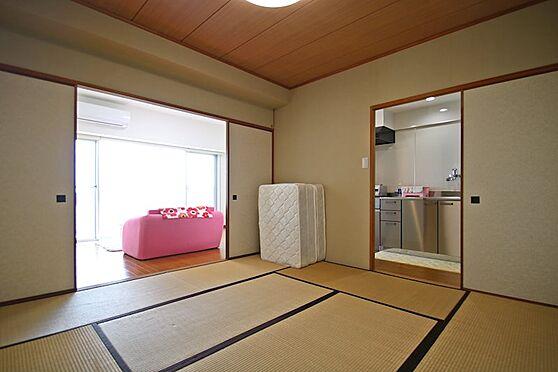 リゾートマンション-熱海市熱海 リビングと併設しているため、襖を開けると開放的で、寝転びながらでも海を眺めることが出来ます。