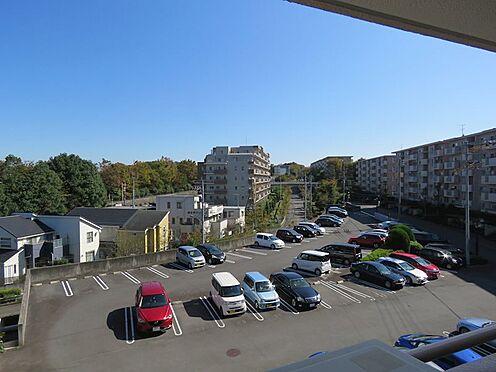 区分マンション-八王子市南大沢4丁目 駐車場は平置きで空きあり。