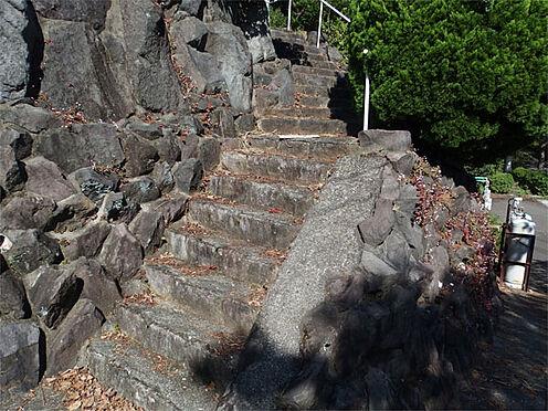中古一戸建て-伊東市赤沢 【階段】 建物までは階段があります(手すり付)
