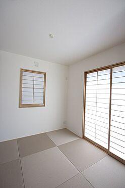 新築一戸建て-橿原市曽我町 ナチュラルな色合いの畳を使用し落ち着いた印象になりました。南向きのポカポカと暖かな室内です。