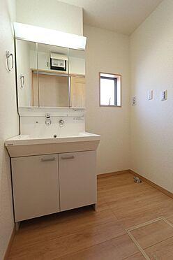新築一戸建て-大和高田市大字有井 ゆとりの洗面スペースで朝の身支度もスムーズに暮らしを快適に変えるシャワー付洗面台です。(同仕様)