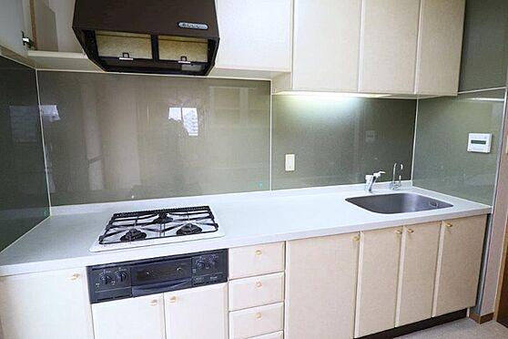 中古マンション-八王子市別所1丁目 キッチンパネルが施工されたキッチンはお掃除が楽です。