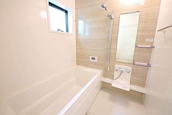 新築一戸建て-大野城市仲畑3丁目 足を延ばしてゆっくりくつろげる浴槽サイズです。滑りにくい設計で、お子様とのお風呂も安心です。