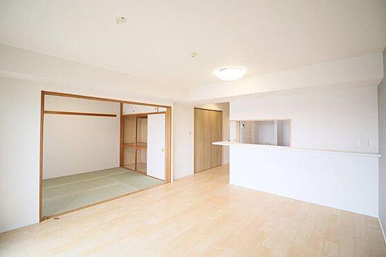 中古マンション-八王子市別所1丁目 LDK併設の和室を開放すれば、気持ちの良い大空間が広がります。家事をしながら寝ているお子様に目が届く