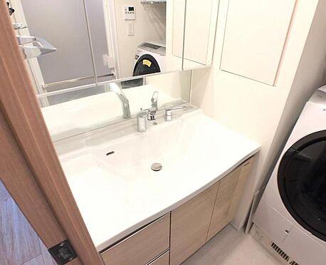 区分マンション-名古屋市西区名駅2丁目 一日の始まりの朝、歯磨きをしたり髪をセットしたり・・・使いやすさが考えられた3面鏡です♪シャワー付水栓で洗面台でのシャンプーや毎日の掃除に大変便利ですね♪