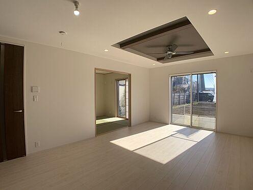 新築一戸建て-豊田市今町6丁目 約17帖のリビングです。折り上げ天井を採用しているので、開放感はばっちりです。