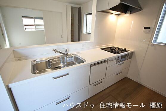 戸建賃貸-橿原市菖蒲町3丁目 食器洗浄乾燥機は、家事の負担を軽減します。高温のお湯と水圧で洗浄しますので手洗いよりも清潔!忙しい奥様に嬉しい設備ですね。(同仕様)