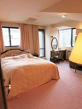 中古マンション-北佐久郡軽井沢町大字長倉 2階寝室も窓が多くてとても明るいんです。