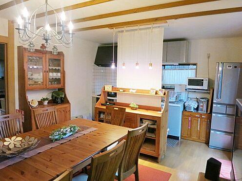 中古一戸建て-北佐久郡軽井沢町大字長倉 お部屋の雰囲気に合わせて設置したダイニングテーブルと食器棚で、素敵な雰囲気となっております。