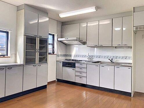 戸建賃貸-西尾市下羽角町郷内 2階のシステムキッチンは収納豊富で食器棚とも統一感がありお洒落です。
