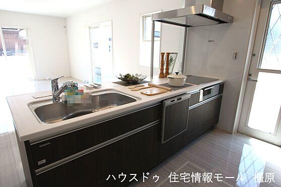 戸建賃貸-磯城郡田原本町大字阪手 ご家族でお料理を楽しんで頂ける大型のシステムキッチン。リビングの様子も良く見えます。