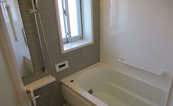 中古マンション-豊田市田中町5丁目 湿気のこもりやすい浴室には小窓がついています。のぼせやすい方は窓を開けて湿気を逃しながらお過ごしください。
