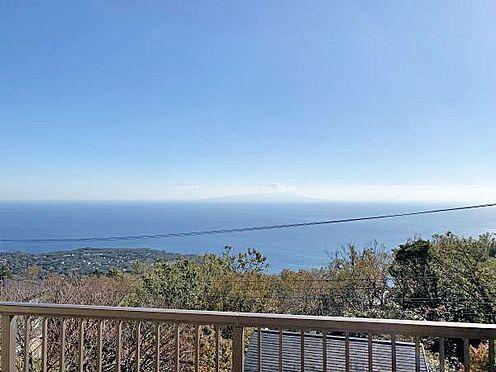 中古一戸建て-伊東市赤沢 ≪眺望≫ 室内からでも海・大島を一望できます。